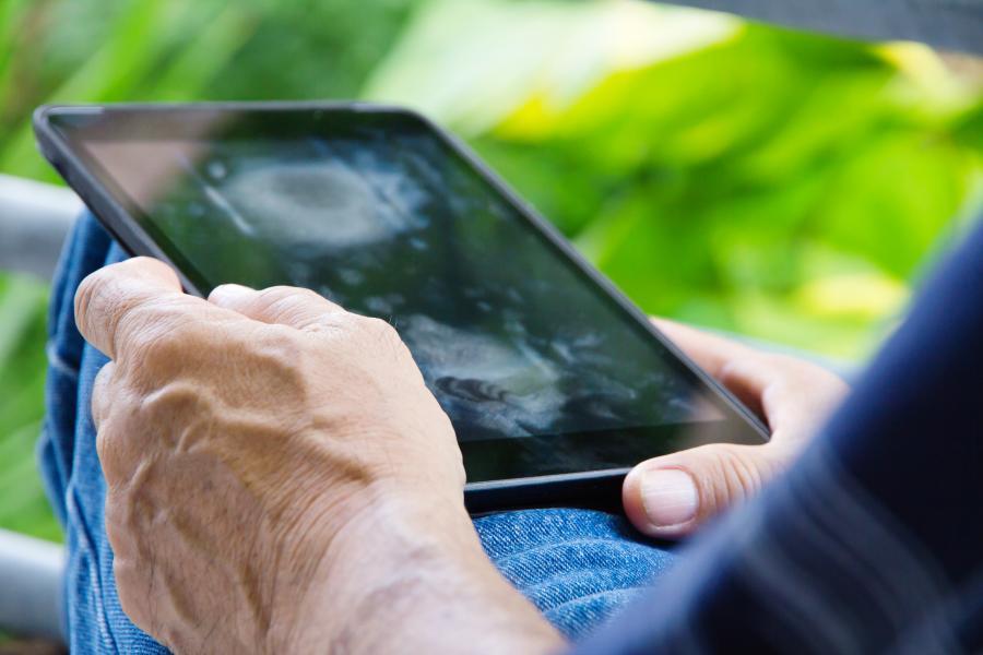 Foto af hænder med tablet