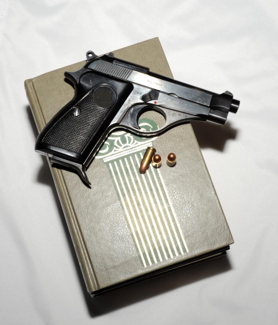 Foto af pistol og bog
